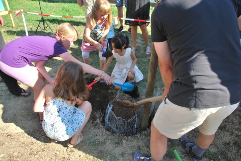 DSC_1993 Kinder helfen beim Baumpflanzen