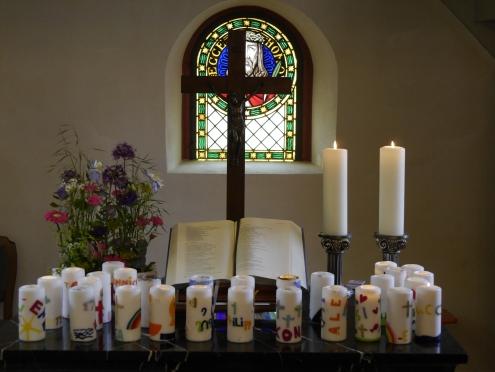 _1100406 Altar mit Konfikerzen