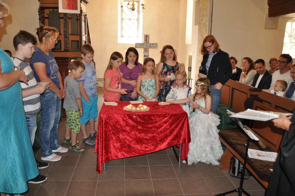 DSC_3655 (1) Kinder und Erwachsene gestalten die Pfingstgeschichte anschaulich