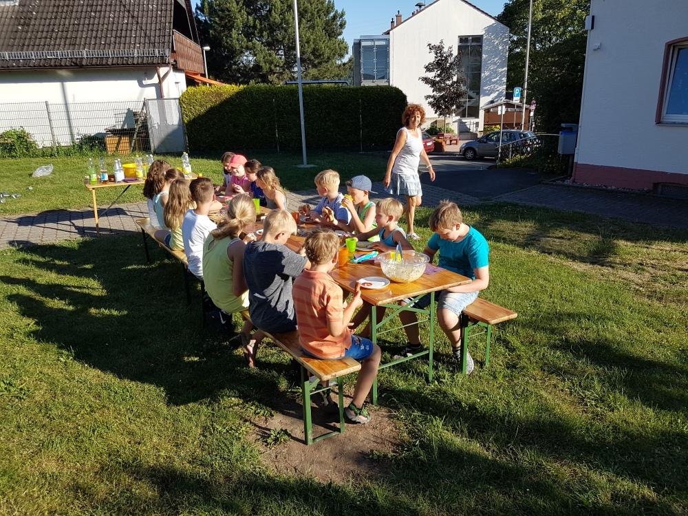 20190627_190204 (1) Pfrn. Ackermann freut sich, dass es den Kinder so gut schmeckt.jpg