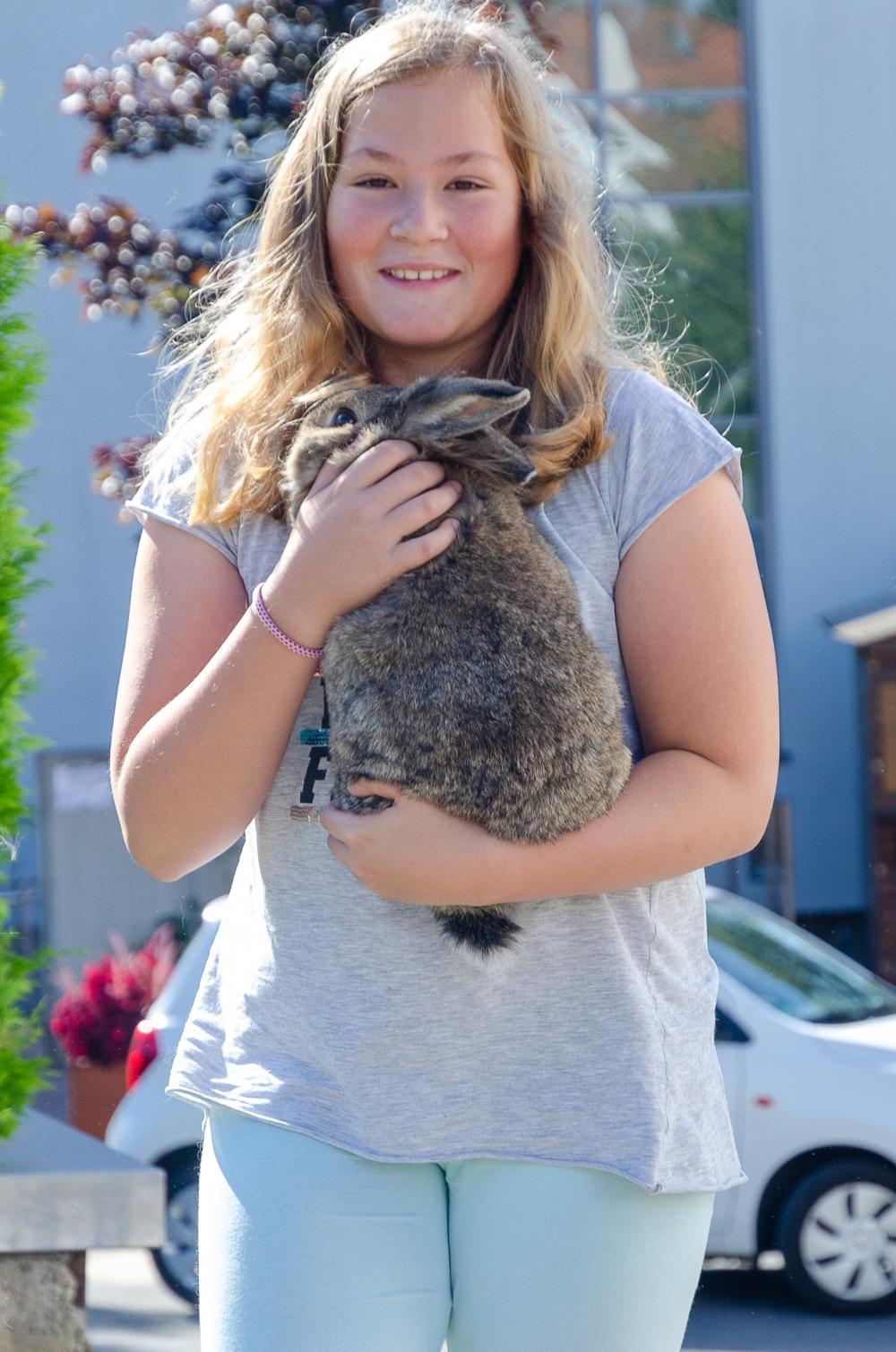 DSC_50771 Amanda Wolf mit ihrem Kaninchen