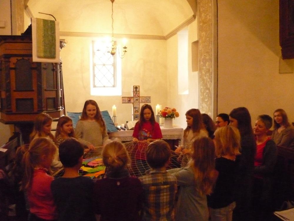 Kinder spielen Geschichte von der Berufung des Petrus